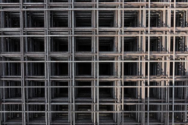 Filo di ferro in acciaio in fabbrica. barre di acciaio per cantiere in cemento armato. barra di rinforzo in acciaio per edificio industriale