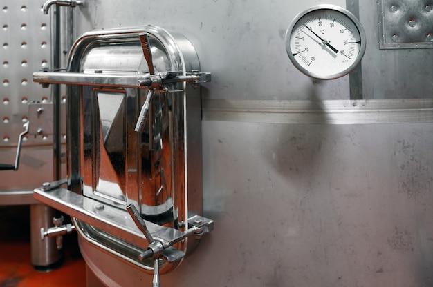 Botti di acciaio per la fermentazione del vino nella fabbrica di vinificatore