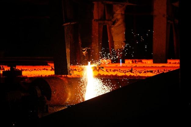 Billette in acciaio al taglio a fiamma in impianto metallurgico.