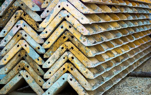 Costruzione del telaio delle colonne d'acciaio nel sito per i pilastri concreti in strumenti e concetto di acciaio rinforzato