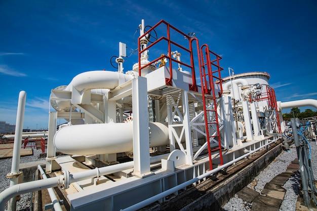 Tubi lunghi in acciaio nella fabbrica di petrolio del serbatoio grezzo durante la raffineria industria petrolchimica nella distilleria del sito di gas gas
