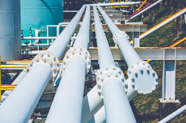 Fabbrica di tubi e valvole lunghi in acciaio durante la raffineria industria petrolchimica nella distilleria del sito del gas