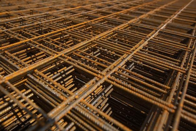 Rete in acciaio o reticolo per le fondamenta della casa o dell'edificio, concetto di costruzione