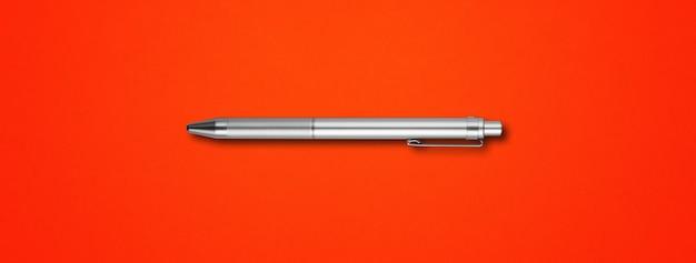 Penna in metallo acciaio isolato su sfondo rosso banner