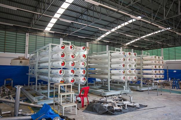 I tubi d'acciaio sono impilati nel magazzino dell'officina. linea di estrusione ad alta velocità di approvvigionamento idrico e tubo del gas
