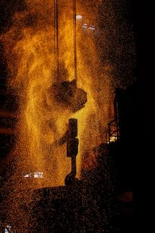 Produzione di acciaio in forni elettrici. scintille di acciaio fuso.