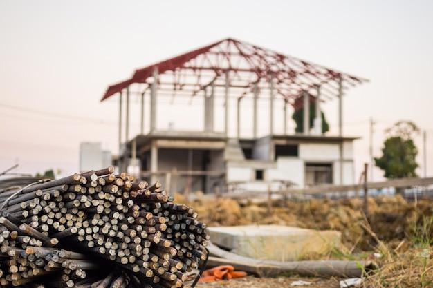 Tondo per cemento armato in acciaio per cemento armato in cantiere con casa in costruzione