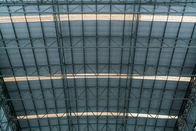Struttura del tetto in acciaio sotto il tetto dell'edificio industriale