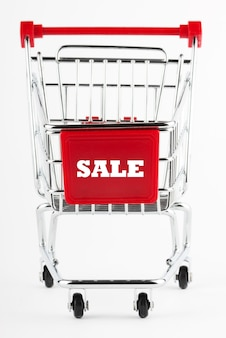 Carrello della spesa in acciaio su sfondo bianco Foto Premium
