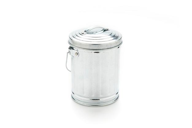 La spazzatura in acciaio può isolare sulla superficie bianca.