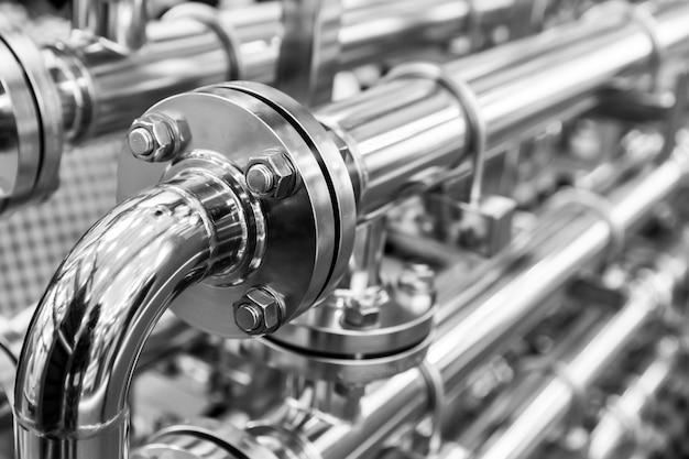 Conduttura dell'acqua in acciaio, tubi cromati, primo piano. affidabile tecnologia di ingegneria idraulica