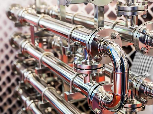 Conduttura dell'acqua in acciaio, raccordi in metallo, primo piano