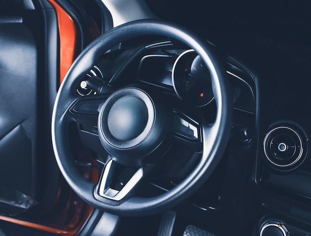 Il volante nella cabina di pilotaggio dell'auto dell'auto moderna