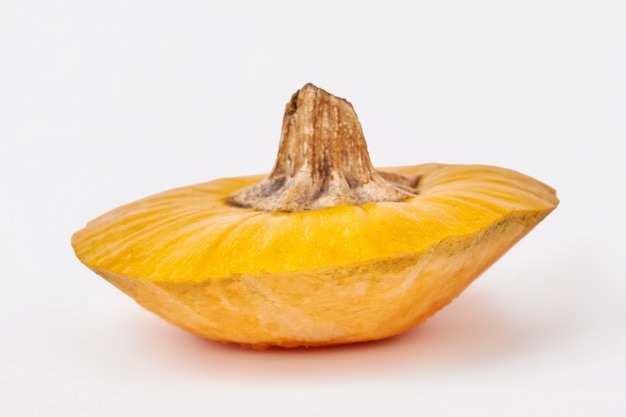 Gambo di zucca gialla isolato.