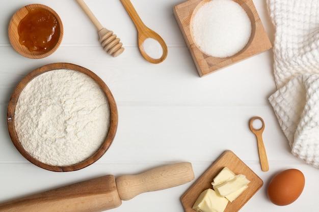 Istruzioni dettagliate per la ricetta della torta a forma di cuore. ingredienti: burro farina zucchero uovo miele soda sale. lay piatto. copia spazio
