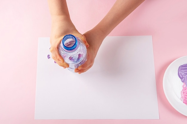 Istruzioni passo passo disegnare un biglietto di auguri con una bottiglia di plastica per vernici