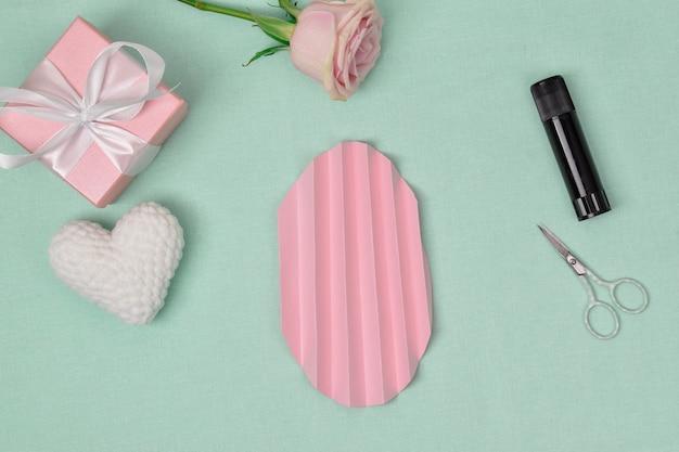 Istruzioni passo passo. il cuore è di carta. passaggio 3 piega il cerchio con una fisarmonica. craft. la vista dall'alto Foto Premium