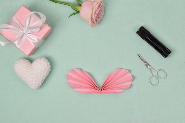 Istruzioni passo passo. il cuore è di carta. passaggio 4 piega la fisarmonica a metà e incollala insieme. craft. la vista dall'alto