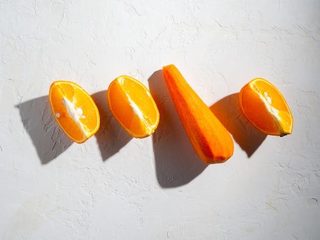 Istruzioni dettagliate per preparare frullati all'arancia e alle carote. concetto di corretta alimentazione.