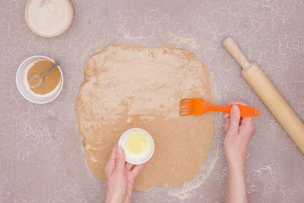 Una ricetta passo-passo per i dolci panini alla cannella con rose