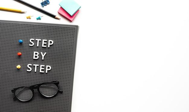Testo passo dopo passo sul tavolo di lavoro.sviluppo aziendale e obiettivo per i concetti di successo