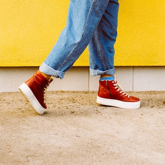 Passo in autunno. scarpe da ginnastica rosse alla moda. moda urbana