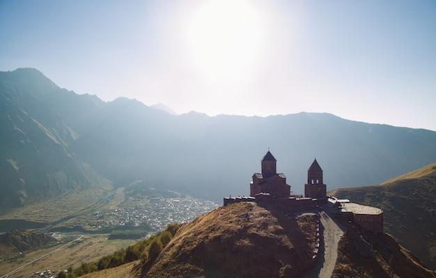 Chiesa di stepantsminda sulla montagna. chiesa della trinità a gergeti