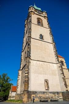 Steple della chiesa gotica di san pietro e paolo nella città di melnik nella repubblica ceca