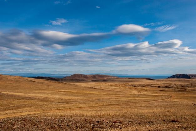 Steppa con strada di campagna e nuvole nel cielo
