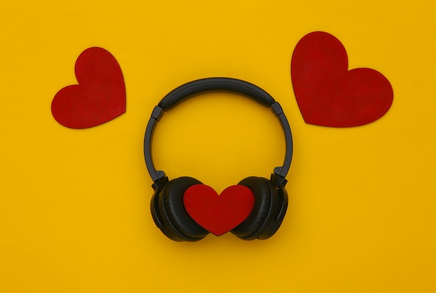 Cuffie stereo con cuori su sfondo giallo. amante della musica