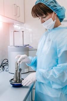 Sterilizzazione di strumenti medici in autoclave.
