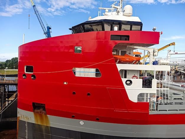 Sovrastruttura di poppa di una nave da carico a secco con un capitano ha collegato un'attrezzatura di navigazione a una scialuppa di salvataggio