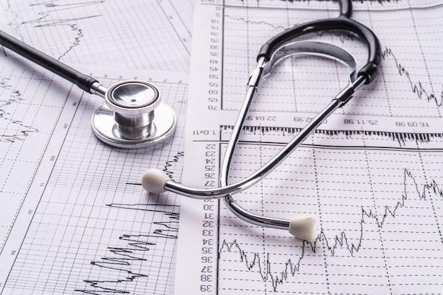 Stetoscopio e cardiogramma, concetto medico.