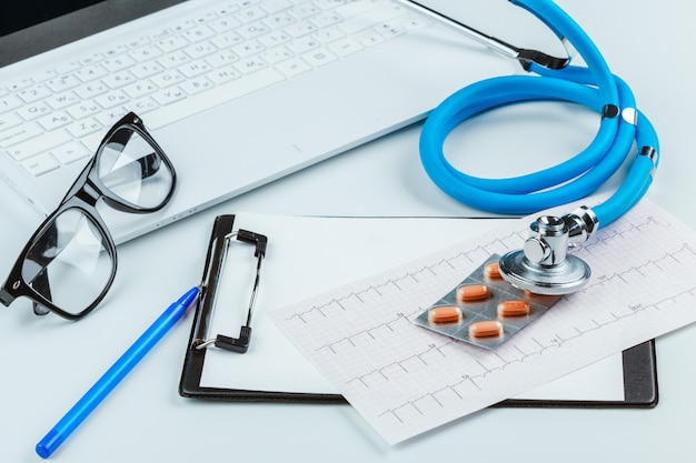 Stetoscopio sul foglio di cardiogramma