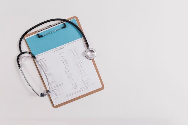 Stetoscopio e checklist