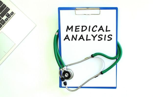Stetoscopio e appunti con foglio di carta bianco vuoto
