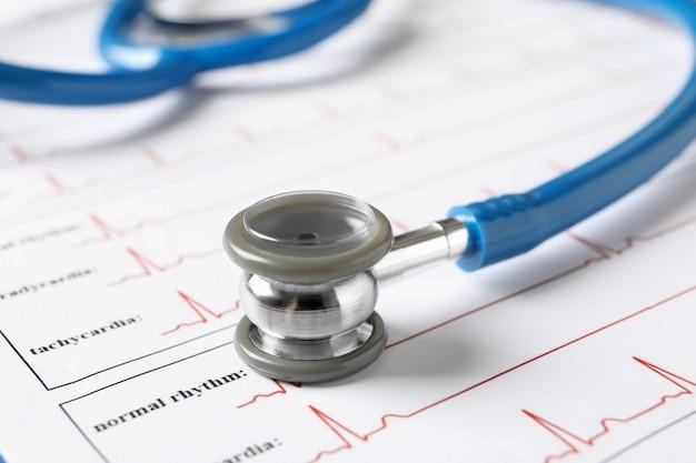 Stetoscopio e appunti con elettrocardiogramma, primi piani