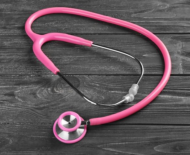 Stetoscopio su legno scuro