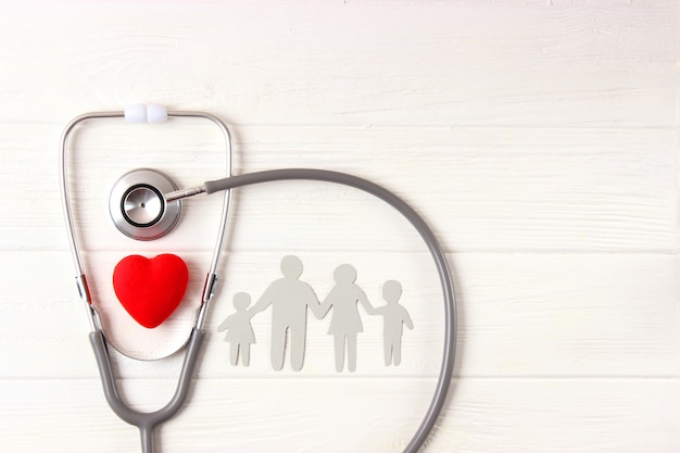 Stetoscopio e cuore su una vista dall'alto di sfondo colorato. medicina di famiglia. foto di alta qualità