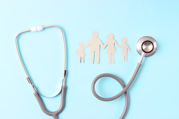 Stetoscopio e cuore su uno sfondo colorato vista dall'alto medicina di famiglia