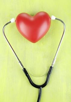 Stetoscopio e cuore sul primo piano del tavolo di legno Foto Premium