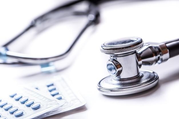 Stetoscopio. stetoscopio strumento medico con pillole e cuore rosso.