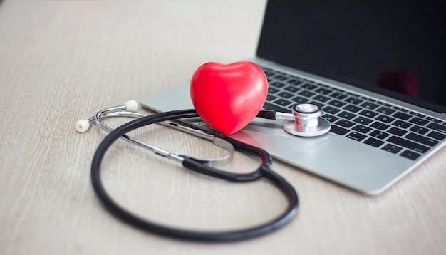 Lo stetoscopio, il mini focolare e il laptop o il computer sulla scrivania del medico si preparano in ospedale e in clinica per la diagnosi