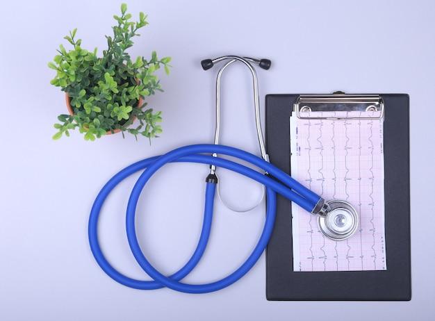 Stetoscopio su una tastiera moderna, prescrizione rx su tavolo bianco con spazio per il testo.