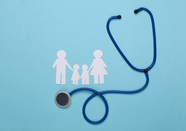 Stetoscopio e catena di carta famiglia su blu, concetto di assicurazione sanitaria