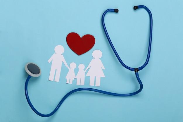 Stetoscopio e catena di carta famiglia, cuore rosso su blu, concetto di assicurazione sanitaria