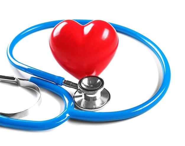 Stetoscopio e cuore rosso, isolato su bianco
