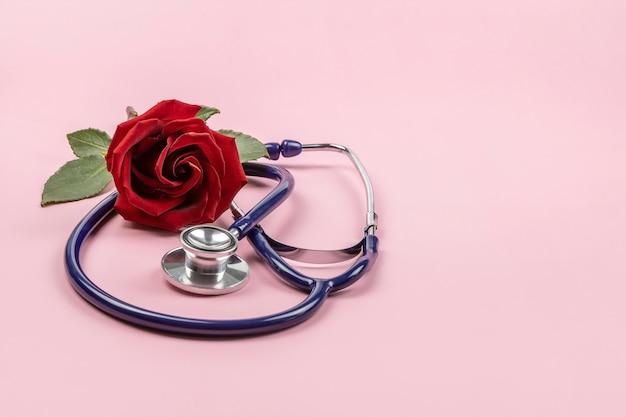 Stetoscopio e rosa rossa