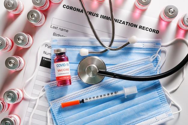 Bottiglie di vetro per stetoscopio, siringa e flaconcino di vaccino per la vaccinazione covid-19