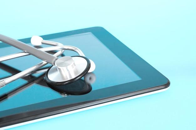Stetoscopio con appunti e tavoletta digitale sulla scrivania del medico